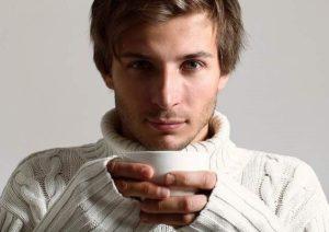 Мужчина с чаем