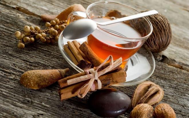 Классический рецепт чая не предполагает использования каких-либо других ингредиентов, кроме имбиря и корицы