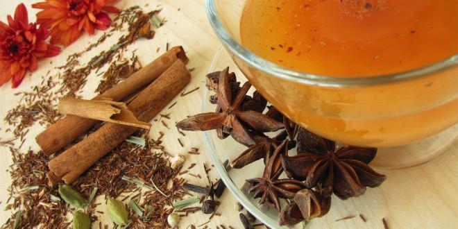 Сухой измельченный имбирь смешивают с черным или зеленым чаем, с липой, мятой или другими травами