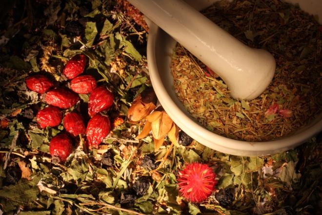 Ферментированные компоненты монастырского чая тщательно измельчают
