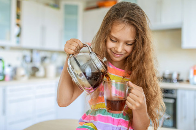 Имбирный напиток с добавлением меда и лимонного сока дают детям для предупреждения и лечения простуды, вирусных респираторных заболеваний