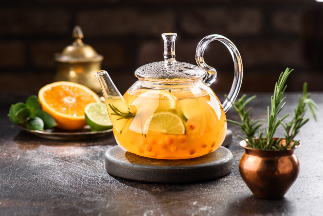 Имбирь и апельсин можно заваривать не просто водой, а вместе с чайной заваркой
