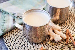 Кружка чая с молоком и имбирь