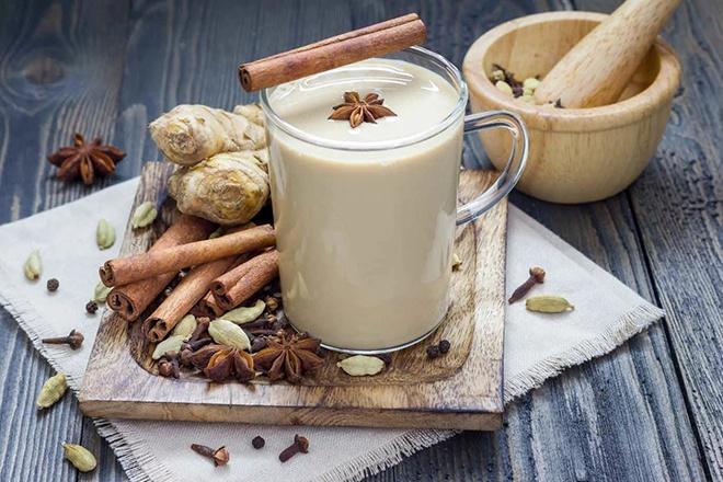 Чай с молоком , имбирем и специями